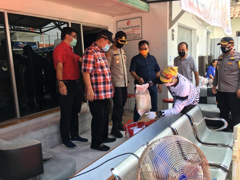 Rajawali Nusindo Distribusikan 5000 Paket Bantuan Presiden di Kota Cirebon