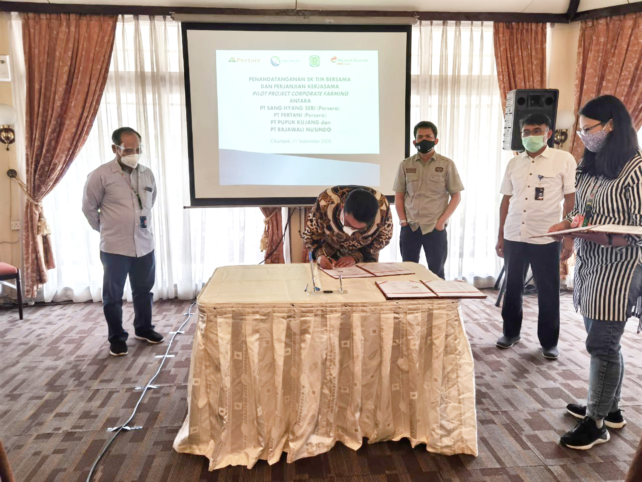 Tingkatkan Produktifitas Beras Premium, Rajawali Nusindo Tandatangani Perjanjian Kerjasama Pilot Project Corporate Farming